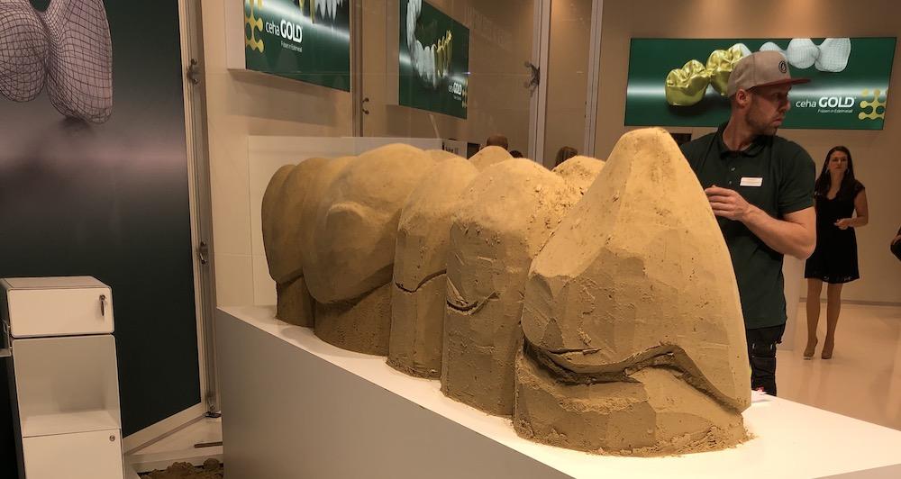 Zahnersatz in Sand geformt